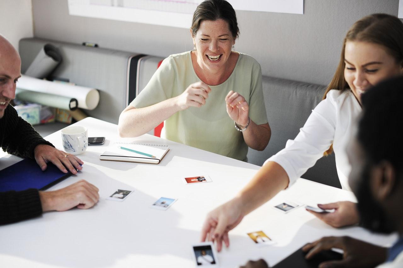 """Grafik für """"Storytelling als Marketinginstrument"""". Menschen am Tisch."""