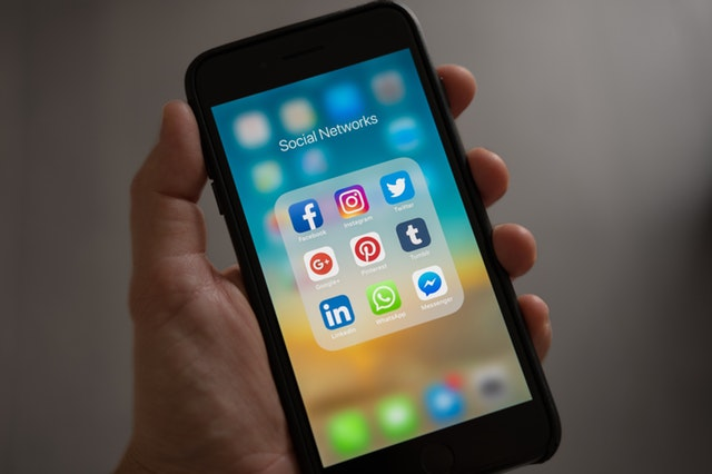 Social Media, Smartphone mit Social Networks-Symbolen Social Media Marketing in der Kundenkommunikation