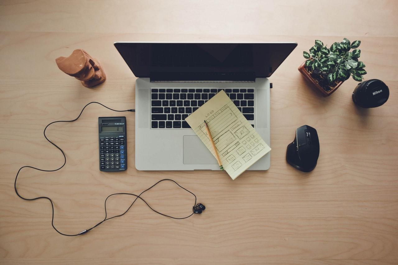 www.delfin-consulting.com Online Marketing Experte Lothar Küsters: Laptop für Webinare mit Schreibtisch, Maus und Ohrhörer